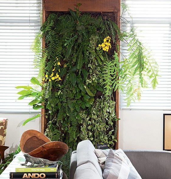 Se você gosta de plantas, mas o apartamento não tem varanda, inspire-se no painel planejado pelo paisagista Gil Fialho, que funciona como um quadro verde na sala. Colocado entre as janelas, ele conta com sistema de drenagem e irrigação