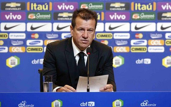 Dunga anuncia convocados para a Seleção Brasileira. Cimed, nova patrocinadora da CBF, estreia marca em backdrop (Foto: Rafael Ribeiro / CBF)
