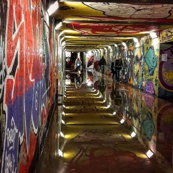 Eh niente.... arriva la pioggia e il sottopasso delle cure diventa uno specchio d'acqua sotterraneo... Prendiamola con filosofia.. almeno possiamo ammirare anche le opere di #streetarr dipinte sul soffitto.