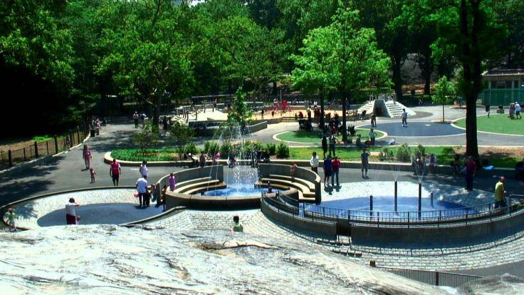 •Heckscher Playground – o Central Park tem 21 parquinhos espalhados pelo seu perímetro interior. O maior, o Heckscher Playgroundé no extremo sul do parque. Ele tem todos os escorregadores habituais, balanços e torres de escalada, bem como múltiplas fontes de água para as crianças brincarem.