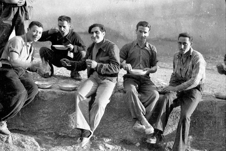 Spain - 1938. - GC - batalla del Ebro - Soldados comen el rancho en un pueblo cercano al frente del Ebro.