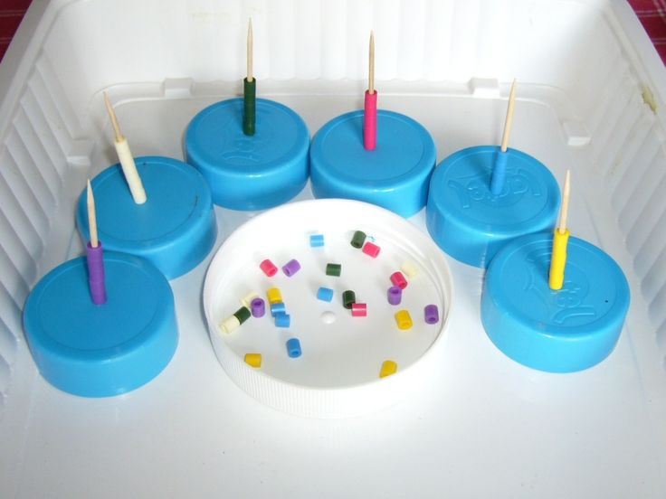 Enfiler les perles sur les cure-dents en triant les couleurs : peindre les bouchons de la couleur voulue ?