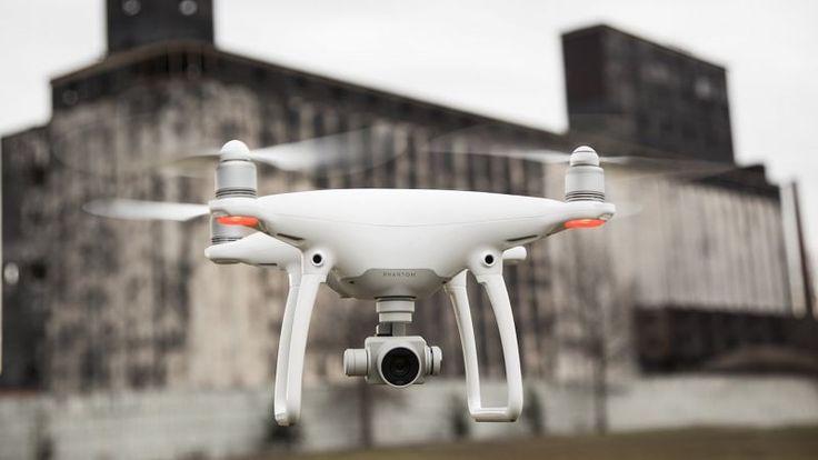 - Le phantom 4 est un drone parfaitement stabilisé par GPS- Facile à manier, mais une grande vigilance est nécessaire- 25min d'autonomie /batterie- Caméra pouvant filmer jusqu'en 4K- Retour vidéo sur smartphone ou tablette (non fournie), le téléchargement d'une application est nécessaire.