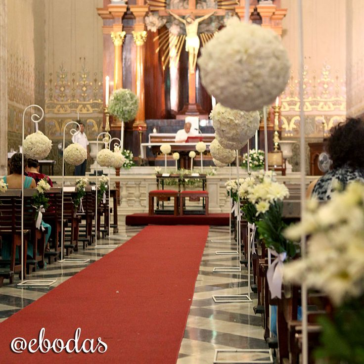 No olvides decorar con flores tu camino al altar #ebodas #wedding #ebodas