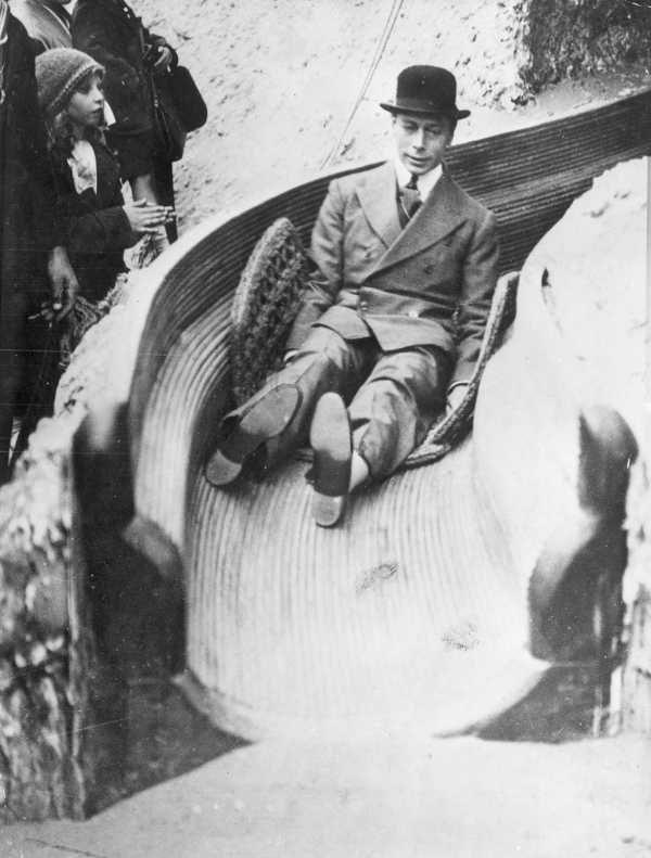Albert Frederick Arthur George (sarebbe diventato Re Giorgio VI d'Inghilterra) su un alto scivolo a spirale (in inglese, helter-skelter), in occasione della Grande Fiera dell'Impero Britannico, svoltasi a Wembley nel 1925 (1925)