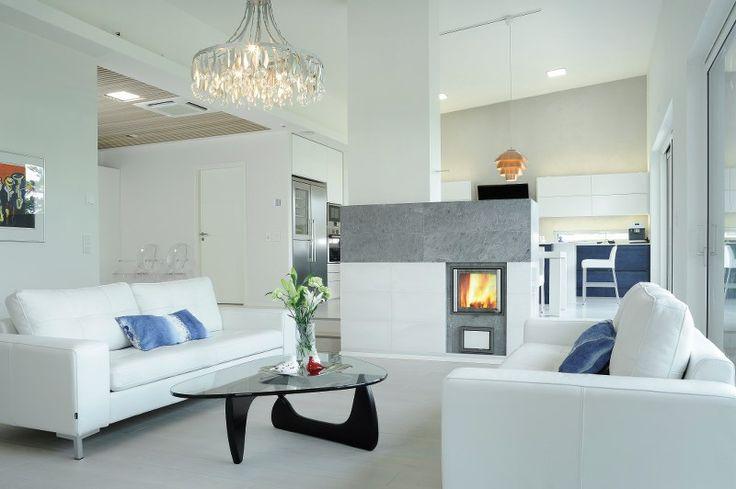 Avara ja tyylikäs omakotitalokokonaisuus, jonka keskiössä on NunnaUunin mittatilaustakka. Vetimetön moderni keittiö on Puuvajan käsialaa.