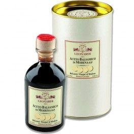 Ce vinaigre balsamique de Modène est obtenu à partir du moût de raisins Trebbiano et Lambrusco acétifié et fermenté. Il a été vieilli pendant 8 ans en fûts bois précieux : chêne rouvre, châtaignier, cerisier, frêne, mûrier, robinier et genévrier. Il est idéal pour sublimer vos viandes. © Les Gastronomes