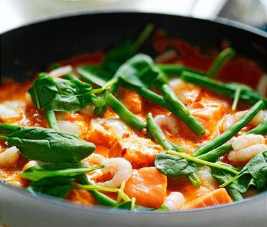 Ett smakrikt och snabblagat recept på fisk med ajvar och räkor. Du gör receptet av bland annat fisk som hoki, lax eller kolja, crème fraiche, ajvar, bladspenat och räkor. Servera den tjusiga fiskgrytan med ris och haricots verts.