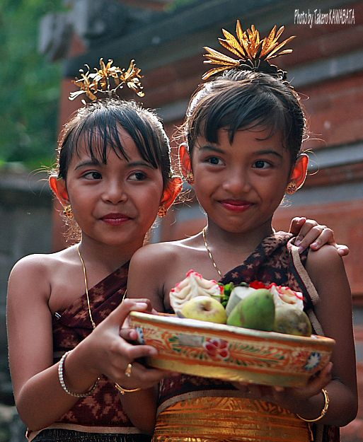 Best friends with an offering for the gods, Bali. Photo by Takero KAWABATA #Bali