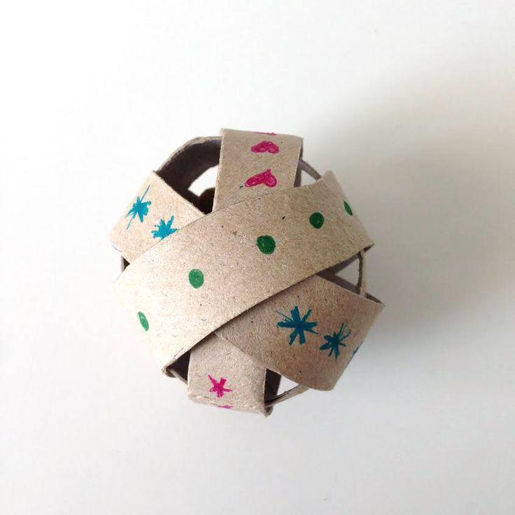 Aquí están las instrucciones completas y paso a paso para fabricar tu propio juguete dispensador de premios para gato con un rollo de papel higiénico!
