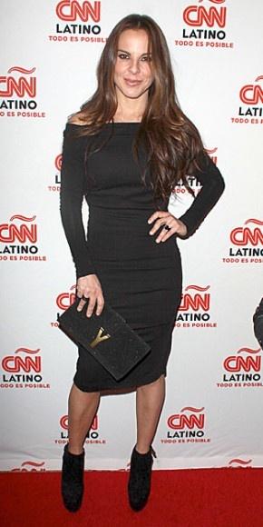 KATE DEL CASTILLO    La actriz mexicana Kate del Castillo fue una de las estrellas invitadas a la presentación en Los Ángeles de CNN Latino, un nuevo bloque de programación en español hecho para el mercado hispano de Estados Unidos. Kate apostó por el color negro, con un vestido de hombros caídos y mangas largas, botines con plataforma y un clutch Yves Saint Laurent.