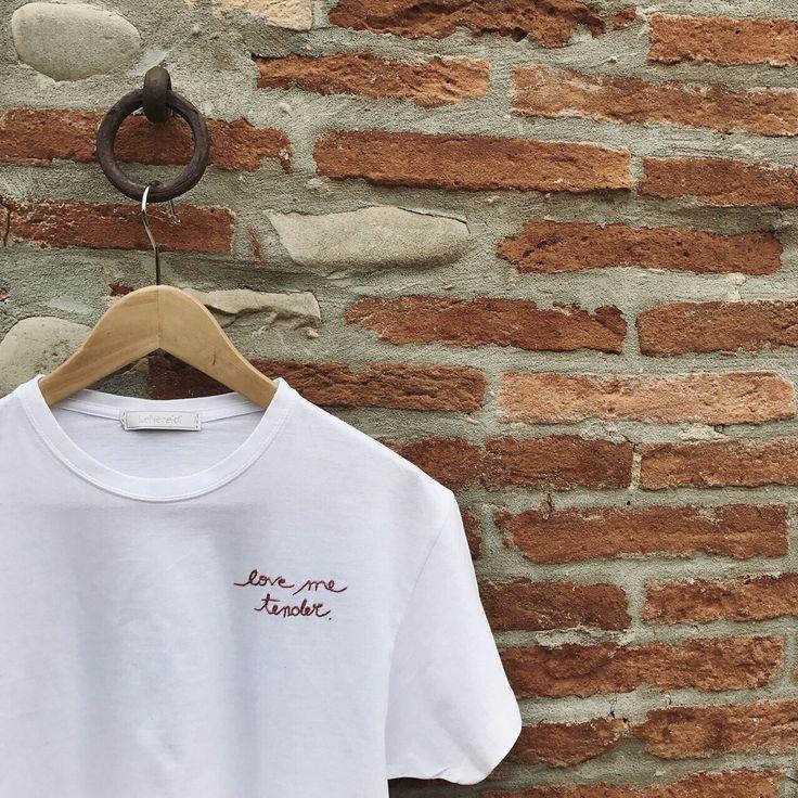 T-shirt in 100% cotone ricamata a mano con cura e passione!   Potete scegliere il colore del filo tra quelli esposti in foto o mandarmi un messaggio privato per qualsiasi richiesta.   Se avete esigenza di un ordine personalizzato trovate l'Inserzione apposita scorrendo tra quelle presenti nel s