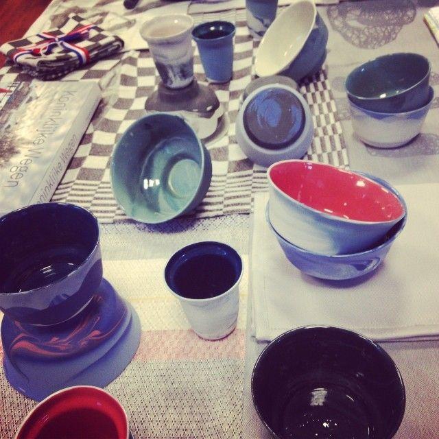 LhGWR verkoopt nu ook het handgemaakte porselein Van Alissa + Nienke. De collectie is het resultaat van een onderzoek naar pigment in vloeibaar porselein. Erg mooi!