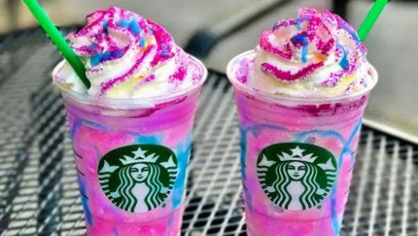 """] SEATTLE * 18 de abril de 2017. Starbucks bautizó """"Frappuccino Unicornio"""" a su nueva bebida, que """"mágicamente"""" cambia de color y sabor. La cadena dijo este martes que el refresco fue inspirado por la popularidad en internet de comidas con el tema de unicornios, y..."""