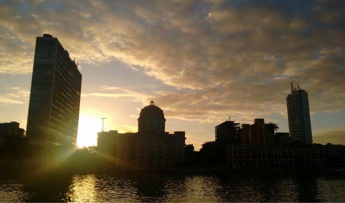 O Recife e suas pontes: passeio de catamarã pelo Rio Capibaribe no pôr do sol. Conheça novos ângulos da capital de Pernambuco :)