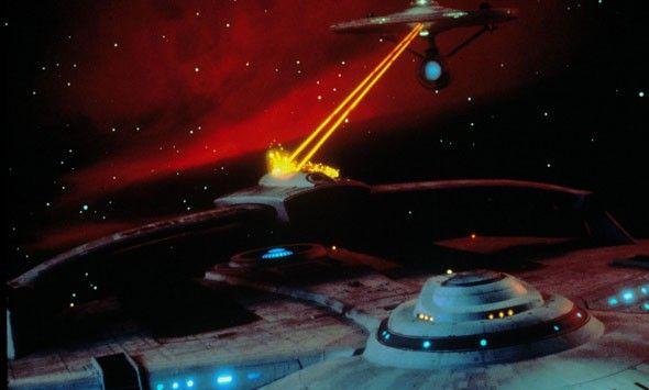 """EPICAS 5 - Star Trek II: La Ira de Khan (1982) """"¡Scotty, necesito velocidad Warp en tres minutos o estamos todos muertos!""""  Es todavía la mejor Star Trek de todas: una vertiginosa historia de venganza, un estudio conmovedor sobre la amistad, la lealtad y el sacrificio y, sobre todo, una apasionada historia de amor, porque ningún amor ha brillado con más fuerza que el amor profesado por el Capitán Kirk (William Shatner) a la Starship Enterprise. Su matrimonio realmente, está hecho en el cielo"""