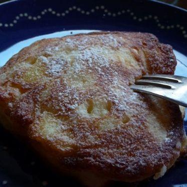 Racuchy (Polnische Apfelküchlein) Zutaten 250 g helles glutenfreies Mehl (z.B. Schär Mix B) 1 Päckchen Trockenhefe 1 Prise Salz 50 g Zucker 2 Eier 1 EL VAnillezucker 1 EL Sonnenblumenöl 270 ml lauwarme Milch 2 säuerliche Äpfel, z.:B. Boskop