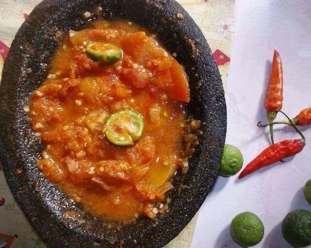 INDONESIA BANGET, Sambal Bawang Limau ^.^ Bahan 10 buah cabe rawit merah segar 1 siung bawang putih 1 buah tomat segar ( bisa lebih dari 1) 1/2 sdt terasi 1 buah jeruk limau segar garam Langkah 1. Haluskan/uleg cabe rawit merah, garam, bawang putih dan terasi 2. Masukkan tomat, uleg kasar (saya suka tomat yang tidak terlalu halus) 3. Belah jeruk, masukkan ke dalam sambal, di tekan2 hingga keluar airnya, aduk rata 4. Sajikan