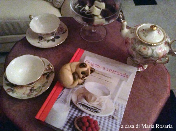 """A casa di Maria Rosaria """"Fragole a merenda"""" ha trovato un lavoro un po' diverso dal consueto: far da cuscino a un piccolo gatto addormentato.... Del resto, un felino in movimento sarebbe pericoloso per quelle belle tazzine!  Nell'attesa che si ricordi di essere anche un libro di ricette e si dia da fare in cucina, e che quel piccolo gatto si svegli o magari decida di far da segnalibro mentre Maria Grazia è intenta ai fornelli... #quifragoleamerenda"""