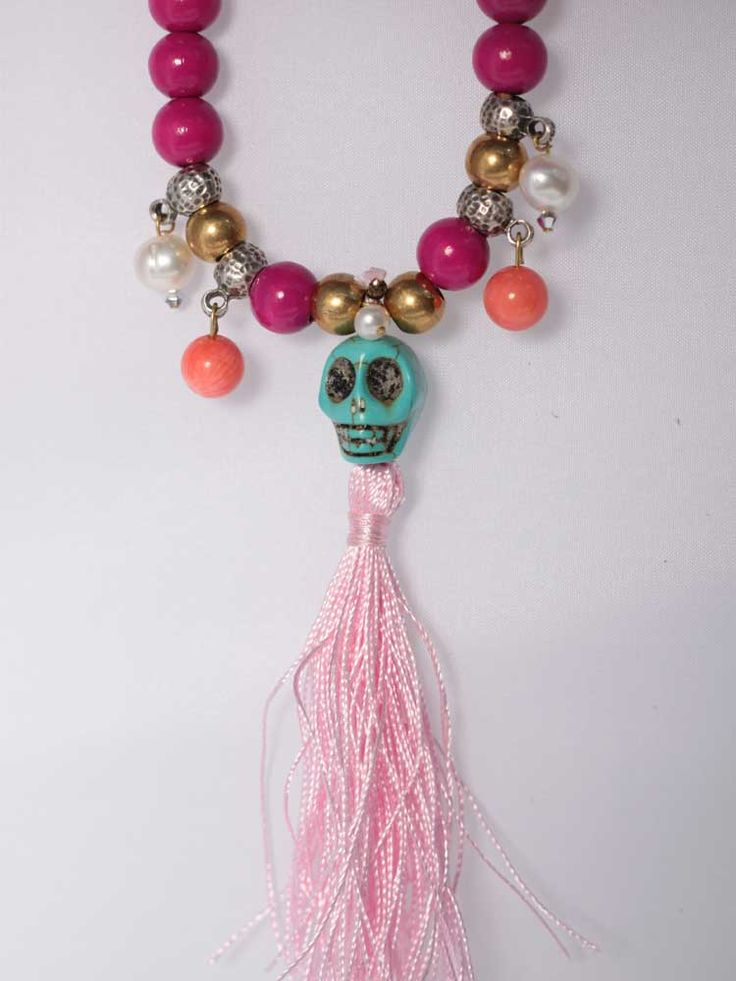 Ярко-розовые бусы-ожерелье с бирюзовым черепом, коралловыми бусинами, жемчугом и шелковой кисточкой\\Немецкий дизайнерский бренд: Vyvyn Hill\\ Ручная работа