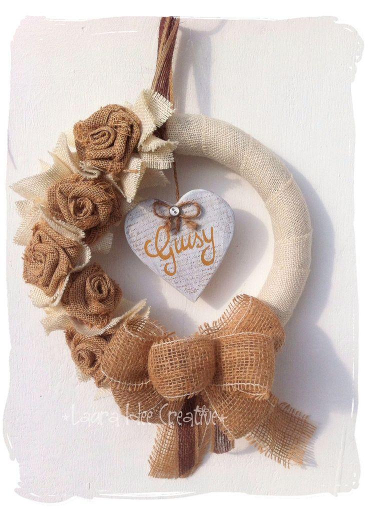 Ghirlanda shabby personalizzata in tessuto di cotone e juta, by Laura Idee Creative, 38,00 € su misshobby.com