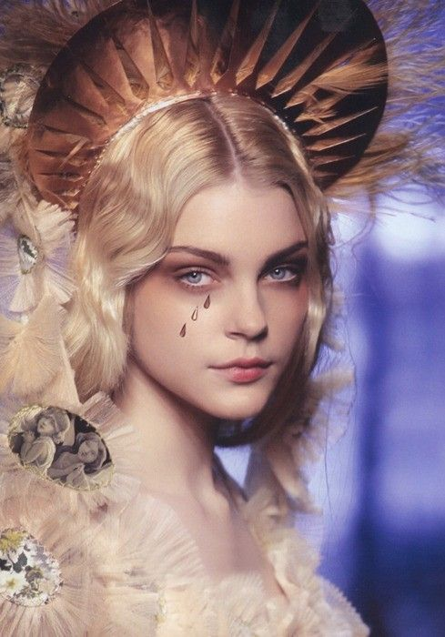 Jessica Stam wearing Jean Paul Gaultier appears in this image torn by Jessica Stam Inspired. Jean Paul Gaultier, Spring/Summer Haute Couture, Model Jessica Stam, Runway, Gold metallic headpiece, Romantic.                                                                                                                                                      Más