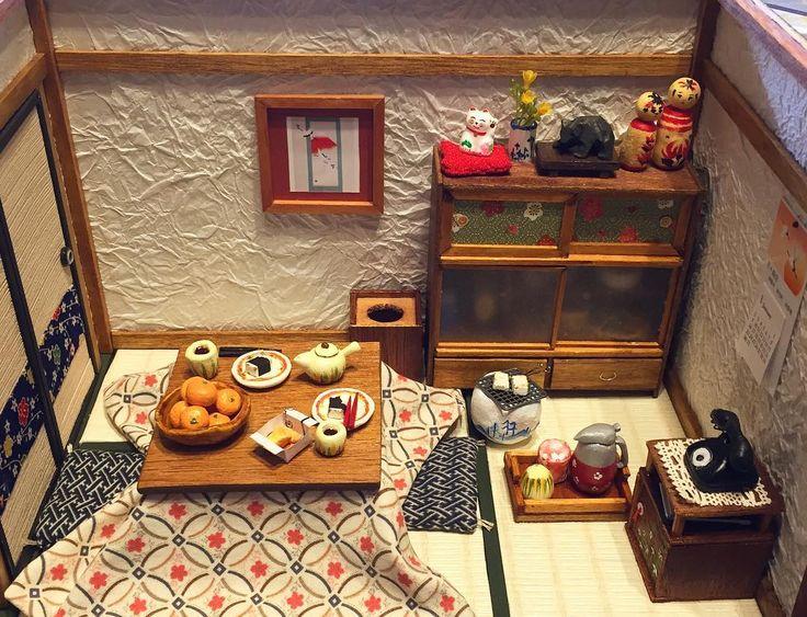 #和室 #完成  #お正月 バージョンのはず あれこれ考えすぎて お正月 過ぎたσ(^_^;) #冬のひととき に(*´꒳`*) #こたつ #みかん  #お餅 #火鉢 #こけし #チラシのくず入れ #ミニチュア#ドールハウス #手作り  #miniature#doolhouse  #handmade  #japanesestyle  #ricecake  #mandarinoriental  #brazier  #japan#hokkaido#hakodate . . #landscape49 (doolhouse page)