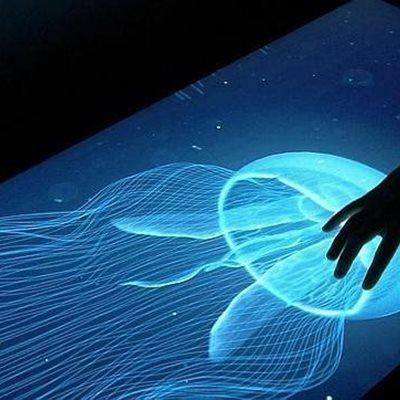 a divisiónDisney Researchestá experimentando con un nuevo proyecto. Se trata de unas pantallas táctiles que a través de estímulos eléctricos permite a los usuarios que la tocan «sentir» las cosas que ven en esa pantalla.Segúnexplican en la revista de tecnología Wired, los laboratorios Disney han desarrollado un algoritmo que toma las figuras geométricas en 3D y les da un «voltaje» para simular su sensación. La idea de Disney es que los usuarios pueden por ejemplo, sentir el tablero de…