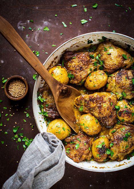 Správný líný kuchař připravuje kuře, brambory i výbornou krémovou omáčku pěkně v jedné pánvi; Greta Blumajerová