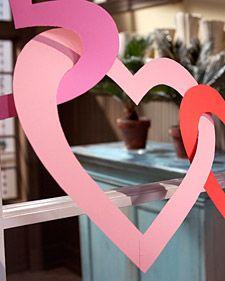 Vire o papel básico de construção em uma encantadora guirlanda Dia dos Namorados em alguns passos simples.
