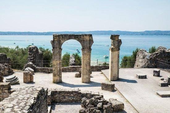 Ruinas Romanas frente al Lago Digarda  Italia  Europa