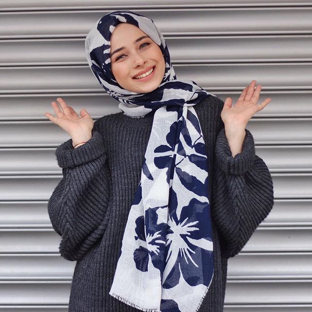 Oversized jumper with printed scarf