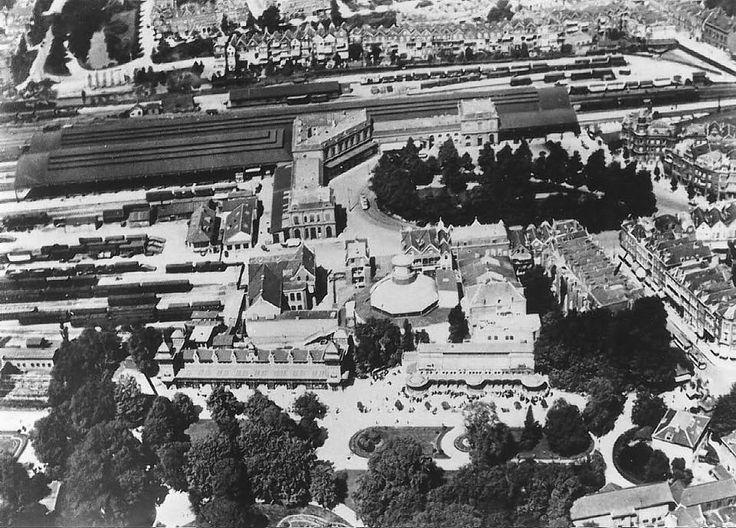 Station DP lag op de plek waar nu het (oude) postkantoor staat. Onder nog de Diergaarde aan de Kruisstraat, die dus eigenlijk op het Weena lag 1935. Rechts beneden de hoofdingang van de oude diergaarde aan de Kruisstraat (nu Karel doormanstr.) t.o. Diergaardelaan. Linksboven de Spoorsingel.