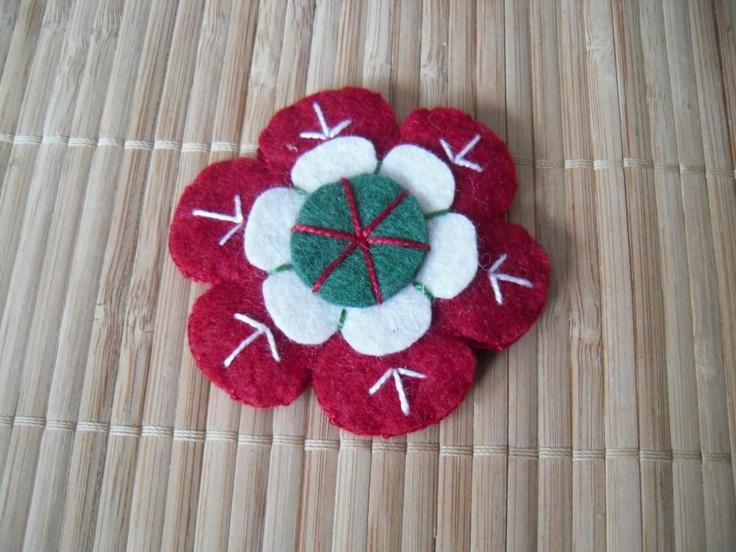 Virágos kokárda filcből