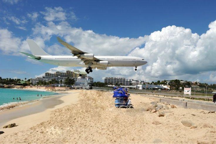 A Saint-Martin dans les Antilles néerlandaises, les avions à l'approche de l'aéroport international Princess Juliana, situé au bord de l'eau, ne peuvent faire autrement que de survoler de très près l'une des plages de l'île, soit à 10 mètres d'altitude à peine !