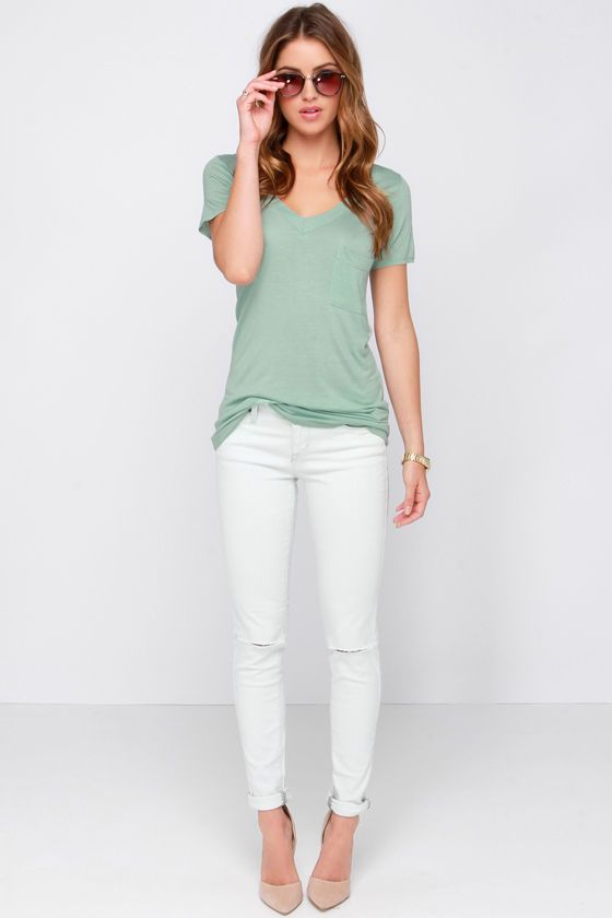 White Skinny Capris, Nude shoes, and a Faded Mint Boyfriend Tee. NEED!!