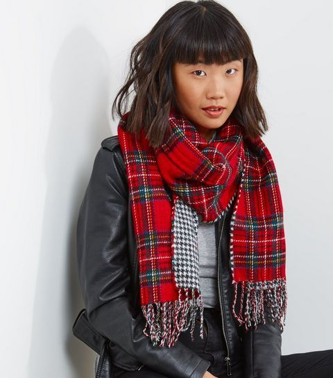 Écharpe rouge à carreaux contrastants et pompons