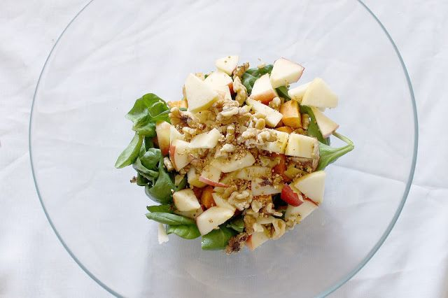 Best and tastiest vegan salad recipe on the blog: Spinach, Roasted Walnuts, Crispy Quinoa, Sweet Potatoes, Apples, and balsamic dressing
