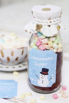 """Heiße Schokolade im Glas selber machen + kostenloses Printable! Aber nicht irgendeine heiße Schokolade, sondern """"Schneemannsuppe"""", um genau zu sein. Klingt das nicht mega süß? Mein Rezept reicht für (Christmas Bake Presents)"""