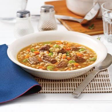 Une soupe faite sur mesure pour vaincre les grands froids de l'hiver. Réconfortante à souhait, cette recette ne demande qu'à mijoter lentement, pour libérer toute sasaveur. Une bonne soupe d'hiver du dimanche