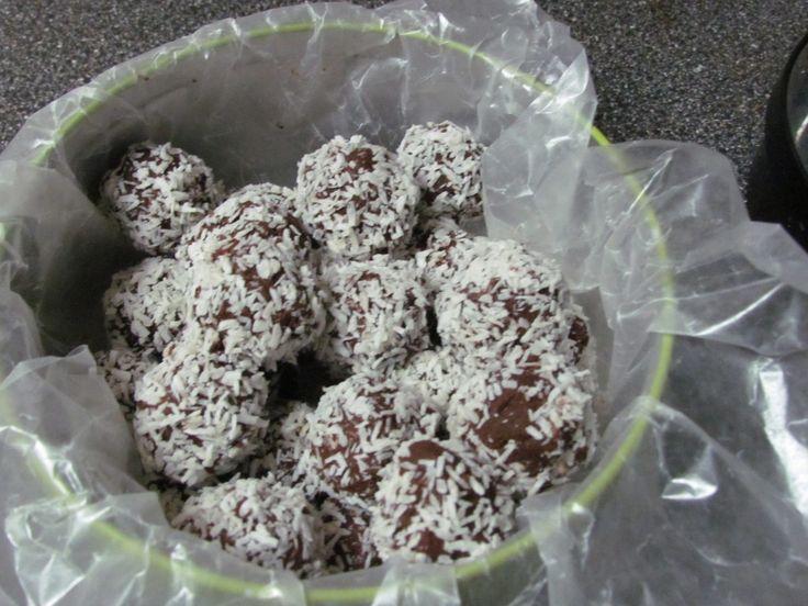 Easy Chocolate Truffles Recipe http://www.powered-by-mom.com/easy-chocolate-truffles-recipe