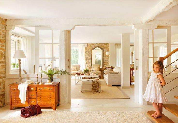 Espacios bien comunicados Una pared de cristal y una gran puerta corredera comunican el recibidor y el salón comedor.