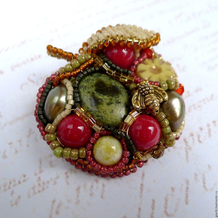 """Купить Брошь """"Яблоко радости"""" из камней, жемчуга и бисера - зеленый, брошь…"""