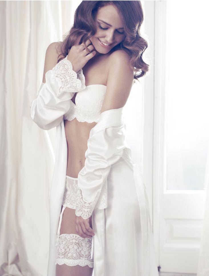 Lang brude Slåbrok Ivory Sateng 490222. Brude morgenkåpe i nydelig design. Flolett morgenkåpe til brud, perfekt til bryllupsnatten og bryllupsreisen. Vakker blondekant nederst på ermene. Knyting i...