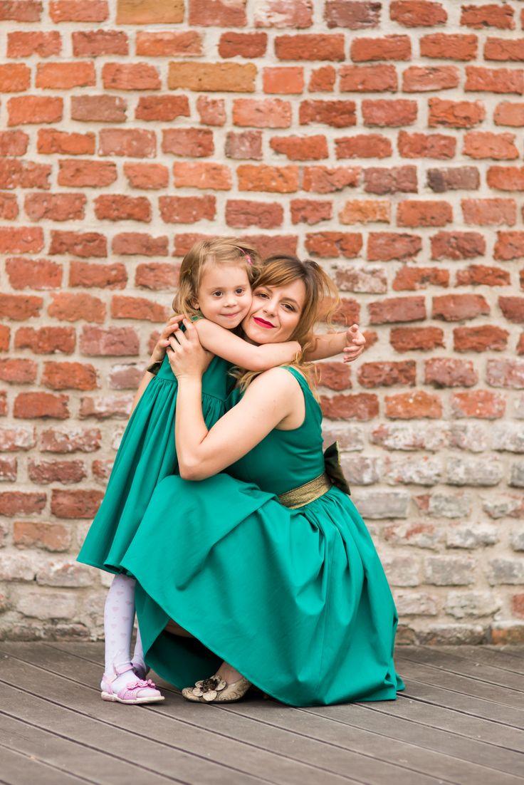 Rochii turcoaz pentru mama si fiica, cu detalii aurii