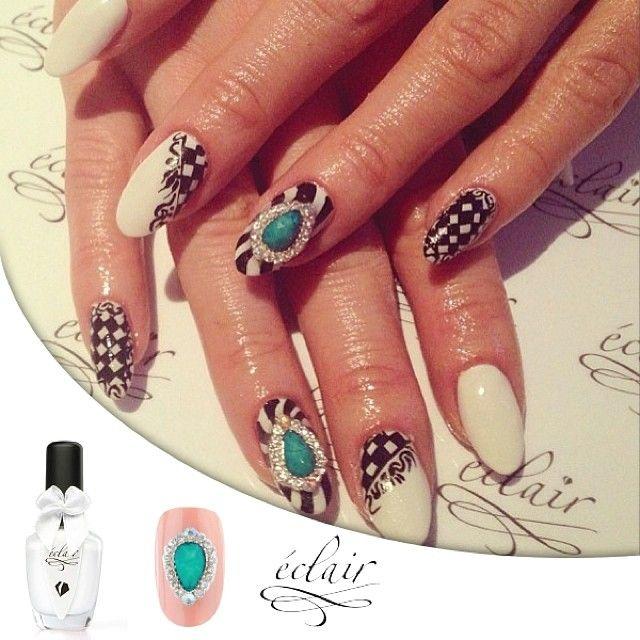 Idealne Połączenie na karnawał - turkusowa broszka i fantazyjny wzór  #eclair #eclairnail #nail #nailart #nailporn #nailswag