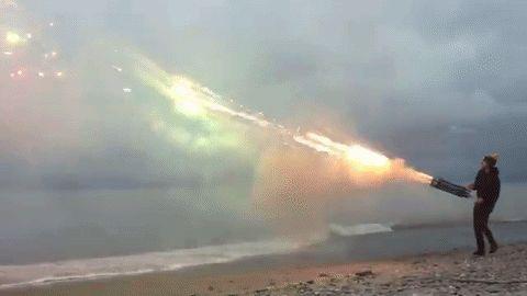 Malucos fazem incrível metralhadora de fogos de artifício