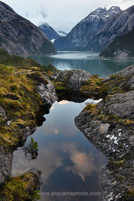 Pia Fjord, Tierra del Fuego, Chile. Con aguas claras, vislumbre de glaciares, y un toque de nieve en los picos de las montañas.