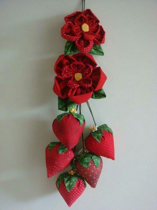 Flor de fuxico e morangos