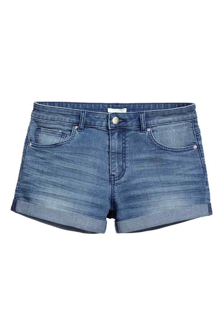 Szorty dżinsowe: Szorty z 5 kieszeniami ze spranego, elastycznego denimu. Niska talia i przyszyte podwinięcie nogawek.